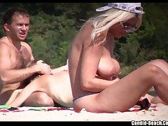 Нудисты отдыхают на берегу водоема и не замечают, что их гол...