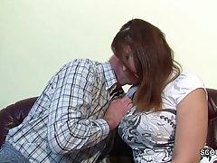 Старый седой мужик присунул член молодой толстушке, сняв с нее лифчик и трусики