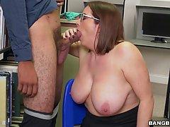 Толстая девушка в очках Мэгги Грин трахается с черным парнем в библиотеке