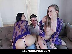 Две сексуальные девушки и один парень устроили на диване пот...