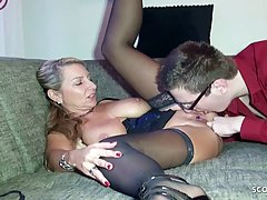 Женщина с большими сиськами в чулках испытала оргазм от секс...