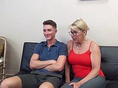 Зрелая дамочка в очках позволила своему сыну сделать ей куни и вставить член в пилотку