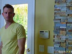 Грудастая женщина с розовыми волосами пики Анна Белла занимается сексом с Биллом Бэйли в своей кухне