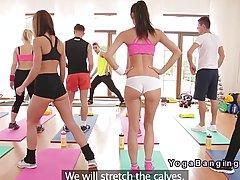 Девушки занимаются сексом со своим тренером после того как они сделали фитнес рутину
