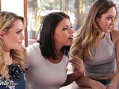 Три дамы отправились в дом своего друга чтобы дать ему небольшой сюрприз как подарок на день рождения