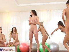 Лесбиянки с большими сиськами после тренировки отлично потрахались на полу