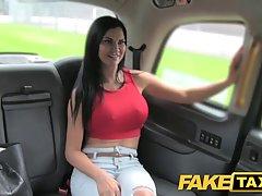 Сиськастая брюнетка получает трах на заднем сидении такси и наслаждается