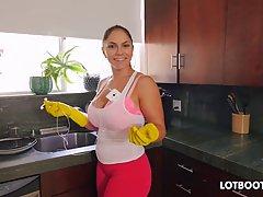 Марта зачищает дом и занимается сексом со своим любовником после того как она все до делала