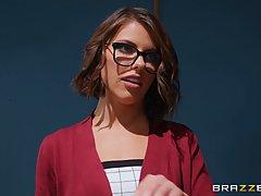 В офисе брюнетка в очках подставляет свою тугую попку для анального секса