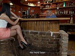 Старый мужик в баре соблазнил молодую брюнетку и трахнул ее ...