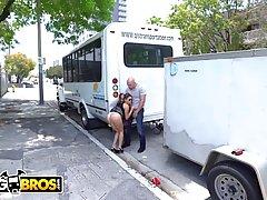 Женщина с большой попой на улице занимается горячим сексом