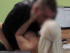 Блондинка пришла в офис на собеседование и занялась сексом с...