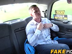 В машине женщина таксистка оседлала пассажира и подарила ему хардкор