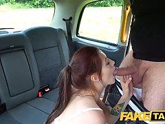 В машине водитель такси подарил молодой няшке хардкор секс