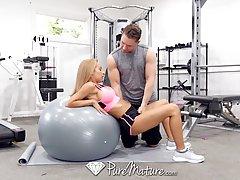 После занятий в спортзале мамочка блондинка с большими сиськами сношается с фитнес инструктором