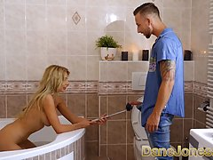 Блондинка с большими сиськами в ванной прыгает на члене любовника