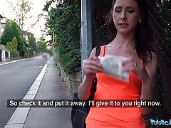 Брюнетка прямо на улице подставляет свою влажную щель для хардкора