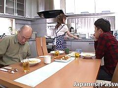 Азиатка после ужина подставляет свою письку для сексуальных ...