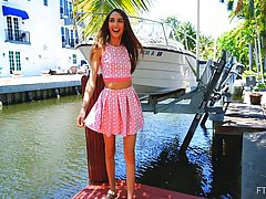 Девушка гуляет по городу и показывает всем, что у нее находится под платьем
