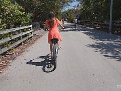 Девушка на велосипеде не против съемки эротического соло пря...