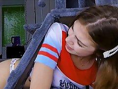 Молодая девушка подставляет тугую пилотку для классной порки в позе раком