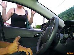 Брюнетка в машине устроила для парня дрочку члена и приняла ...