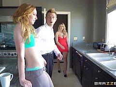 Кэти поцелуй и Бруклин Чейз испытывают Групповой секс с подр...