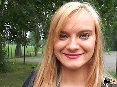 Блондинка после прогулки в парке подставляет шикарную попу для анального секса