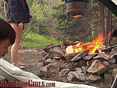 Туристы на природе снимают на камеру свой хардкор в палатке