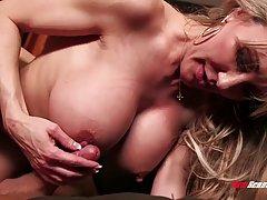Зрелая мамочка блондинка показала любовнику большие сиськи и...