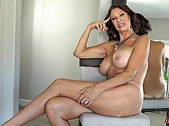 Зрелая женщина с большими сиськами разделась до гола и тереб...