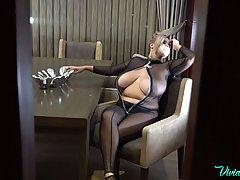 Толстушка мамочка с большими сиськами показывает свою соло п...
