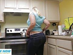 Блондинка сняла с себя одежду на кухне перед парнем который ...