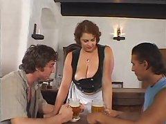 Сиськастая леди часто позволяла парням сосать ее соски даже когда она работает