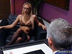 Блондинка в чулках прямо в офисе испытала оргазм от хардкора