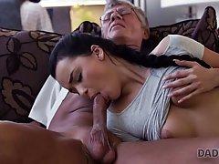 Молодая брюнетка на диване раздвигает ноги для секса со старым мужиком