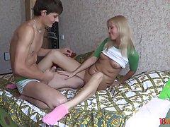 Молодая девушка блондинка и ее парень занимаются сексом на веб камеру
