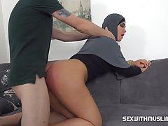 Арабка на диване прогнулась в позу раком и наслаждается сексом и кончает