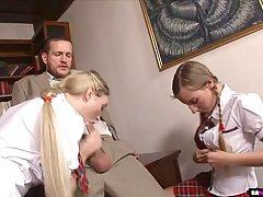 Две девушки в униформе студенток трахаются с директором в ег...