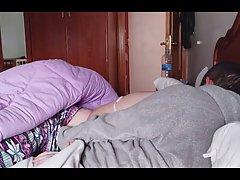 Развратная баба с большими сиськами кончает от домашнего пор...