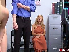 Две молодые блондинки с большими сиськами устроили одному парню трах втроем