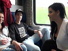 Девушки с большими сиськами в поезде не против групповухи на камеру