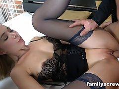 Жена в чулках и ее мамка участвуют в групповухе с мужиками и кончают от секса