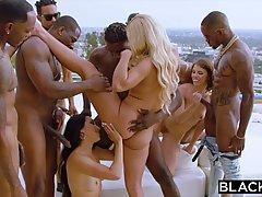 Чернокожие спортсмены замутили групповуху с белыми красивыми девушками