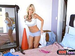 Очаровательная блондинка любит лизать киску пока мужа нет дома