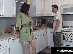 Жена на корточках отсасывает на кухне длинный член мужа в бе...