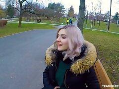 Красивая девушка на камеру от первого лица делает минет свое...