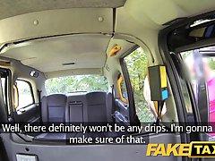 Озабоченный таксист потирает и лижет влажную киску своей клиентке блондинке на заднем сиденье