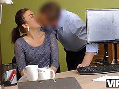 Брюнетка в офисе подставляет тугую дырочку для реального секса с начальником