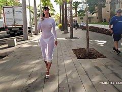 Брюнетка с большими сиськами показывает соло стриптиз на улице города